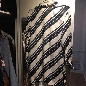 Virkelig fin kjole/tunika med flotte detaljer.  Der medfølger hvid inderkjole med et ubetydelig hul, som kan sys.   BYD!   Køber betaler porto.  Flere billeder kan sendes.