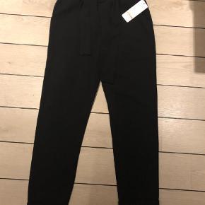 Varetype: Bukser Farve: Sort  Super smarte og lækre bukser. Helt nye. Der er lidt elasticitet i stoffet. Kan evt afhentes på Frederiksberg eller sendes