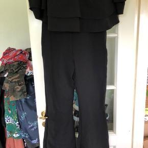Virkelig skøn buksedragt fra Sobe. Indbygget bh og flæseærmer 😍 stor flæse ved brystet.  Stoffet er stretchy.   Giver gerne mængderabat. 🥳