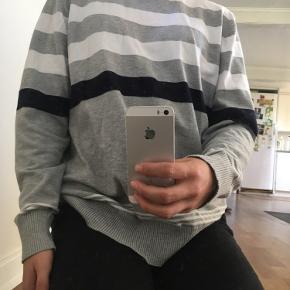 Lækker sweater fra LOVE ISLAND  modellen er 1.65   Bukserne sælges også, tjek mine andre annoncer ud