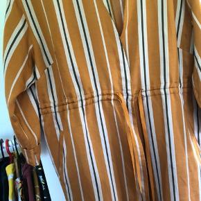 Rigtig fed kjole! 😍 helt ny med prismærke. Der står S i kjolen, men den er mega stor! Jeg vil derfor sige det er en str L. Den er alt for stor til mig, og jeg bruger normalt M.  Den fedeste varme orange farve, nærmest grænsende til kobber 😍  Giver gerne mængderabat 🤗
