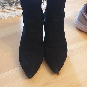 Smukkeste ruskindstøvler fra MK Hælene ruskindet ved hælen er lidt skrøbelig  Ellers hel perfekte og super elegante   Nypris 1600