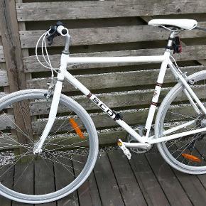 Velkørende SCO cykel som er nyserviceret og smurt, den er med 7 udvendige gear og der medfølger baglys.