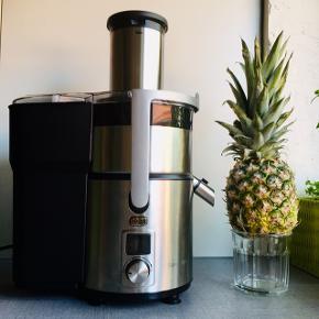 Sandstrøm stainless steel juicer SFJ14E Fungerer perfekt og leverer juice på ingen tid, og støjen er overkommelig. Den er ikke brugt så ofte, så den er i rigtig fin stand. De løse dele går i opvaskemaskinen 😆👍  Sender helst ikke 🙈