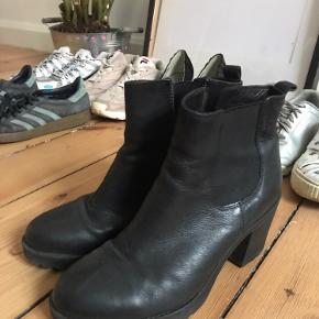 Smukke støvletter sælges, fordi jeg ikke får dem brugt.  Søgeord: Læder Vintersko Vinterstøvler Efterårssko Efterårsstøvler Tyk hæl