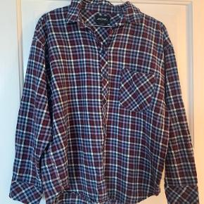 Fin multi ternet skovmandskjorte sælges yderst velholdt.