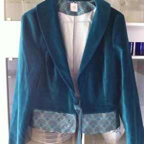 Varetype: Blazer Størrelse: Small Farve: Petroleum Oprindelig købspris: 999 kr.  Super flot jakke -i velour med det flotteste brokade stof forneden.        Se også mine andre ting i str. S - er til at handle med.