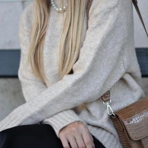 Zara strik - næsten lige købt og brugt to gange men har for meget tøj. Mig selv på billederne med den på og jeg er 1.64 høj og en normal 36/small.   Nypris 300 - sælges for 150+fragr
