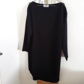 👚 Bruuns Bazaar oversized kjole med lynlås ved begge skuldre.  Nypris: 999 kr. Stand: Aldrig brugt, kun prøvet på. Stadig med originale tags.  Sendes med DAO gennem Trendsales.