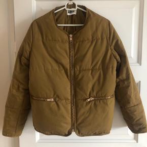 Fin jakke fra Weekday. Farven er svær at beskrive - brun/grøn. Fremstår i god stand:)
