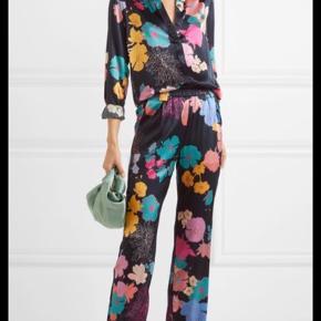 OBS: Sælges kun som sæt 😊 Super smukt silkesæt. Bukser i str xs og skjorten i str m. Passer en small. 🌸   Se meget gerne mine andre annoncer med fine varer fra By Malene Birger og Stine Goya😊
