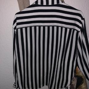 Fed stribet sort/hvid skjorte str. xs - passes også af S/M - brugt 2 gange - som ny.