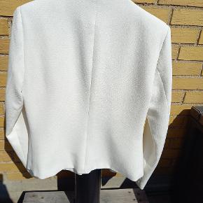 Hvid blazere brugt få gange. Eneste tegn på slid er omkring albuen (Se sidste billede)