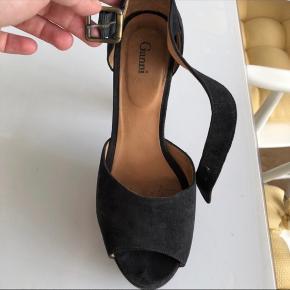 Enormt smukke hæle - brugt kun få gange og derfor ingen stor slidtage. De er for smukke til bare at stå herhjemme og jeg får dem desværre ikke brugt, da jeg sjældent går i hæle så derfor sælges de. I øvrigt ellers super komfortable at have på. Hælen er cirka 11-12 cm mens plateauet er cirka 4,5 cm