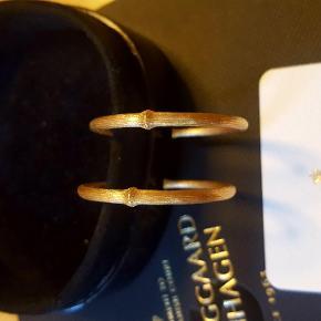 Overvejer at sælge min store magiske nature 18 karat rosaguld øreringe (fejlfrie) i str. 30 mm. med certifikat og original æske. Sælges ikke til under den angivne pris.