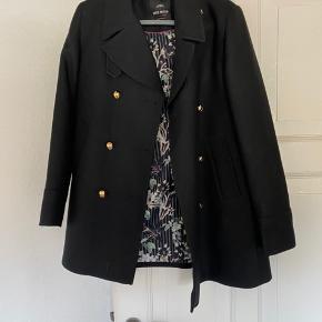 Lækker sort jakke med guldknapper 👍brugt højst 5 gange er som ny👍men det en arme foer er i stykker det skal syes eller klippes af👍kun nede ved hånden er det i stykker