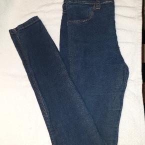 Dr. Denim jeans / Jeggings. Str. M. Mørk blå. Kun brugt en enkelt gang. Slim fit og høj talje. Længde fra skridt og ned ca. 80 cm.    Nyprisen var 400-500 kr.  Kan afhentes på Vesterbro i København eller sendes med Dao pakkepost. Køber betaler dog porto 😊  Se mine mange andre annoncer. Giver gerne mængderabat 😎
