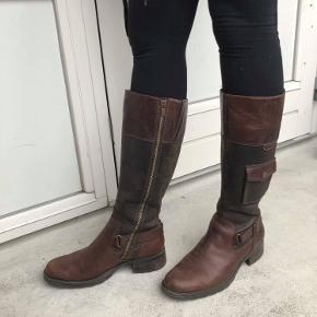 Timberland Boots købt i Italien. Har lidt patina. Lækkert brunt læder. lynlås og små pynte lommer. Jeg er størrelse 39 :-)