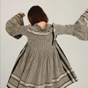 Super smuk CECILIE Copenhagen kjole, passer str. S/M. Farven er sand/sort. Aldrig brugt, ny med prismærke.