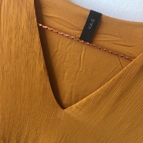 Kjole i den flotteste efterårs rust farve. Har været på en enkelt gang