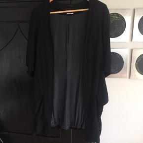 Lækker feminin jakke fra Ann Demeulemeester, str.42 ( svarer til M) brugt få gange. Nypris 5.500,- sælges for 800,-