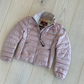 SÅ fin dun jakke - nypris 2200,-  Str. 6 - svarer til 4-5 år. Fragt 39,-