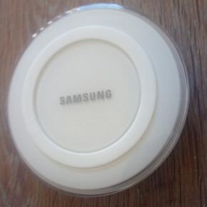 Samsung Wireless lader station til Samsung med Qi uden lader stik da du selv skal tilslutte oplader da Opladeren blot tilsluttes den minimum 1.5A microUSB-oplader, som fulgte med din mobil og så er du klar.