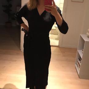 Sort silkeagtig wrap kjole (100% viskose) fra & other stories med diskrete broderede blomster i stoffet. Går til midt på skinnebenet ca. Brugt max 5 gange og fejler ingenting.   Byd gerne :) Kan afhentes på Christianshavn