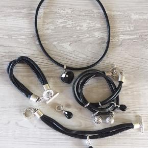 DESIGNERS M: Dobbelt rækket læder armbånd m/3 charms - 38 cm lang. Dobbelt rækket kunstlæder armbånd m/sort facetslebet dråbe charm - 19 cm lang og 5 stk cubic zirkoner ved låsen. Læderhalskæde med vedhæng (stort facetslebet sort hjerte m/ cubic zirkon) - 44 cm lang. Pris pr del 25,- Facetslebet dråbe charm med løsken 10,- Har flere af hver af samme slags. Ved køb af flere er man velkommen til at byde!!