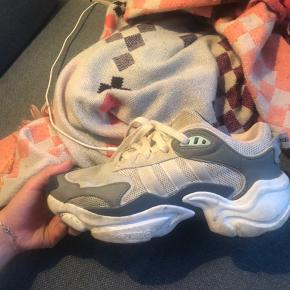 Gode sneakers  Nærmest ikke brugt, dog i udendørs terræn, og kunne derfor godt bruge en vask  Np: 1000  BYD