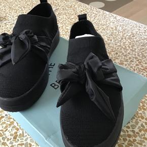 Skønne sneakers fra Shoe the Bear med sløjfe. Jeg sender med DAO