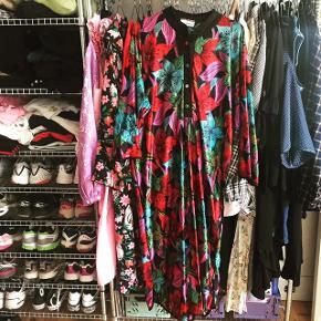 Nice blomstret kjole - sidder oversize på en str m. Den ene knap er anderledes end de andre, men ellers fejler den intet 🤷🏼♀️ kom med bud!