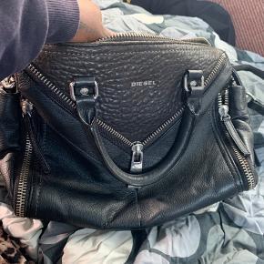 Helt ny diesel taske , aldrig brugt ægte læder   Mål 30 cm bred og 25 cm høj dybe 10 cm og med skuldre rem