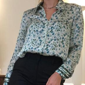 Smuk skjorte i meget fin stan fra ZARA i størrelse M. Grønt blomstermønster, stofknapper og fin detalje på ærmer.