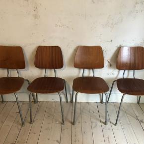 4 gamle skolestole til salg!  Sælges helst samlet for 120,-  Pr. Stk 40,-  Trænger til en kærlig hånd 😊