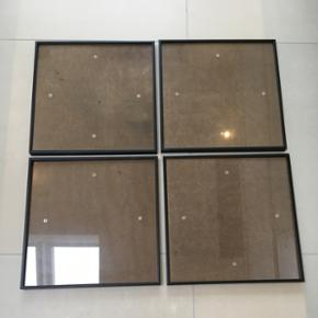 Sorte rammer med glas.4 stk. Kan stå eller hænges op. Har nogle små ridser som ses på billede 2.  Afhentes i Helsinge.
