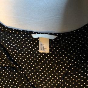 Brugt og vasket få gange. Skal trækkes sammen i midten af blusen, så det får et flot og mere specielt look! Kom med et bud, da jeg ikke kan huske nypris🖤