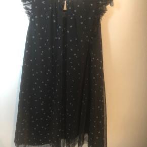 Smuk tylkjole fra H&M med sølv stjerner.  En smuk kjole med god vidde.  Str. 134.  45kr pp