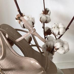 Smukke beige sko. Sælges da jeg havde købt to par😆 De er helt nye, aldrig gået i. Kan passes af en 38-39, er selv normalt en str. 38. Tager på ferie i morgen d. 20/7, så de skal helst afsted inden.