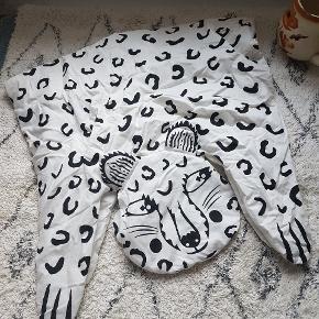 En masse fine ting til børneværelset. Det hele kan vaskes.  Der er lille hul i sort tæppe, lille plet på panda samt lidt maling på gulvtæppe  Derfor sælges det hele til 150kr. Ferm living pude - bogstaver mm