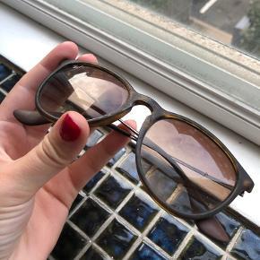 Sælger disse Ray-Ban solbriller i modellen Erika. Brillerne, både glas og stel, er slidt og det fremgår tydeligt af billederne og derfor den billige pris. Glasset kan højst sandsynligt skiftes.