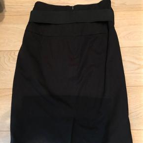 Sort nederdel. Meget fin med aftagelig elastik bælte. Så der kan sættes et andet i eller intet hvis der ønskes det. Slids bag på. Super fin. Er dog desværre for stor til mig.