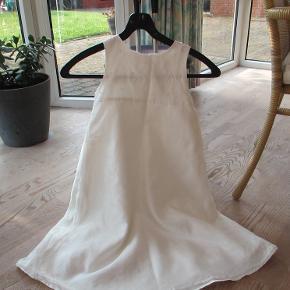 Hvid kjole/brudepigekjole fra Exit str 122/7år.  Kjolen er i 4 lag hvor det inderste lag er et tyl lag, 2 satinlag i midten og yderst endu et tyllag, hvor der nederst er en kant med små bomsterpersler, de samme som der der er på bærestykket øverst.  Bagpå er der 2 bæltestropper, til bånd eller bælte, der følger ikke noget bånd/bælte med.  Øverst er den lige gået 1 cm op i syningen, (billede 2), dette kan nemt ordnes med et par sting, men det skal nævnes. Ellers fejler kjolen intet.  Hel længde ca 82 cm.  Se også mine flere end 100 andre annoncer med bla. dame-herre-børne og fodtøj