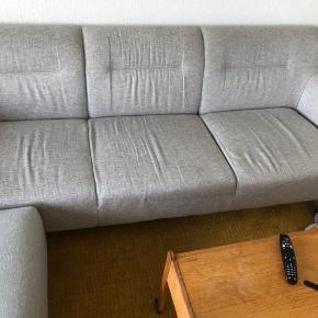 Skøn sofa med faste puder så den er dejlig nem at rengøre.  Fra røgfri og dyrefri hjem og sælges fordi vi skal have en større sofa.  Puf følger med i prisen og farveforskellen på puf og sofa er meget lille.