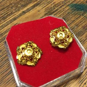 Lily Rose jewellery ørestikker, guldfarvede øreringe. Aldrig brugt. 100kr Kan hentes Kbh V eller sendes for 40kr DAO