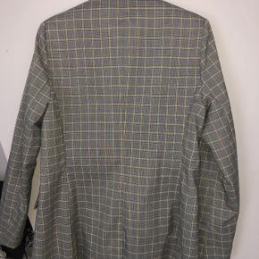 Flot grå blazerjakke med gule tern fra envii:) perfekt til efteråret, ingen tegn på slid, sælger da jeg ikke får brugt den nok:)