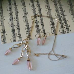 Flot halskæde med lyserød perlesætning samt matsende ørering fra Pilgrim