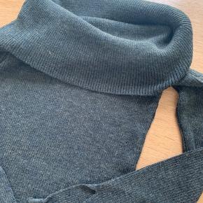 Zara trøje der går ned over skuldrene med uld i og slids ved ærmerne - BYD