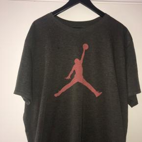 Nike Jordan t-shirt. Farven er lidt svær at fange på billeder, så den kan bedst ses på billede 1