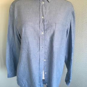 Varetype: Skjorte  Farve: Lyseblå Oprindelig købspris: 699 kr.  Lækker skjorte i lidt oversize. Brystmål er ca 115 cm. Brugt mindre end 5 gange og fremstår uden brugsspor. 100 % bomuld. Handler kun med mobilepay og sender med dao Billede 1 er mest tro mod farven